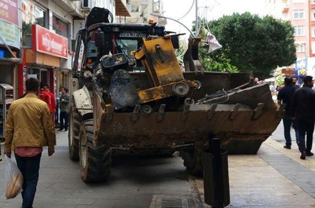Mersin'de kepçe operatörü mağazaların bulunduğu trafiğe kapalı alana girdi