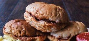 Sucuklu ıslak hamburger nasıl yapılır? Sucuklu ıslak hamburger tarifi ve malzemeleri