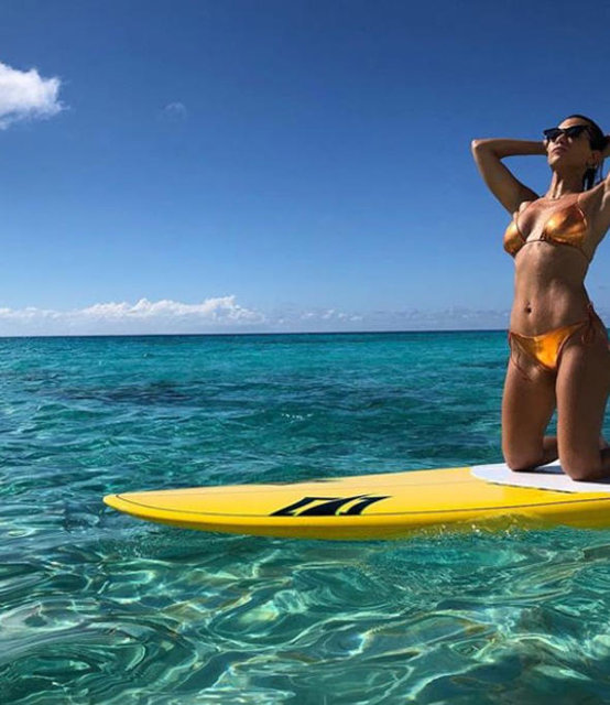 Kim Kardashian ve kardeşi Kourtney tatilde