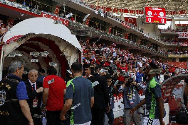Antalyaspor taraftarından Samuel Eto'o'ya Konyaspor maçında dolarlı tepki! Para attılar...