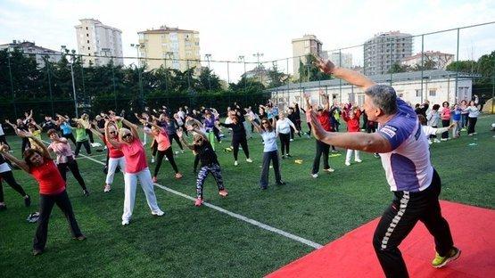 Kadıköy'de sabah sporu... Yaşlı-genç her sabah ter atıyor