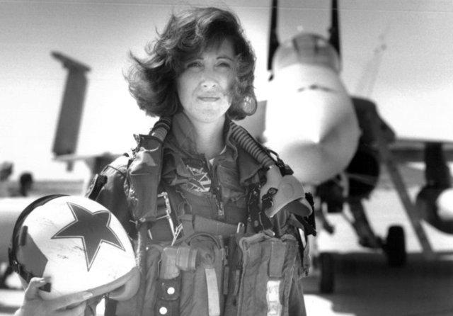 Motoru patlayan uçağı düşmekten kadın pilot kurtardı