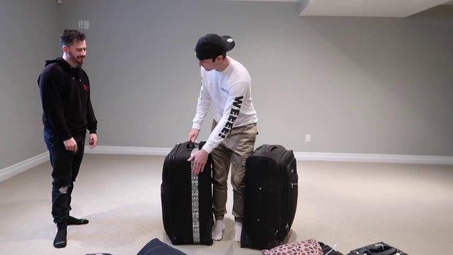 """""""JustDustin"""" ve """"ItsYeBoi"""" bin dolarlık 10 kayıp bavulu inceledi"""