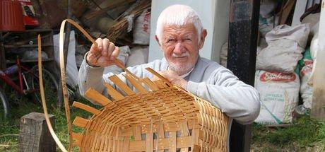"""""""Bekir Dede"""" sepetlerini 72 yıldır sevgiyle örüyor"""