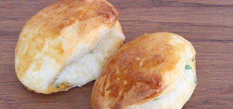 Bayatlamayan mayasız poğaça tarifi: Yumuşacık peynirli ve zeytinli mayasız poğaça nasıl yapılır?