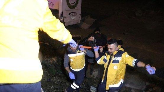 Yolcu otobüsü yoldan çıktı: 18 yaralı