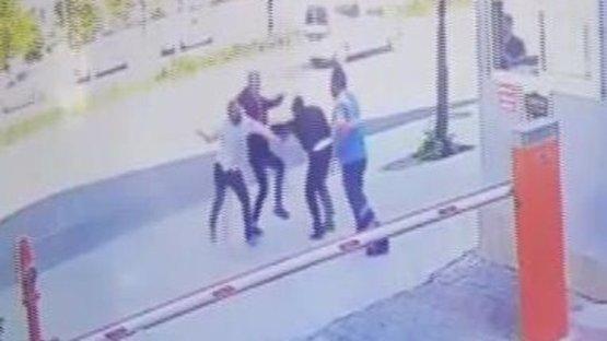 Güvenlik görevlisine bıçak ve demir çubukla saldırdılar!