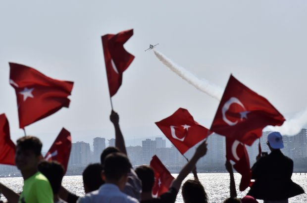 Mersin'de Türk Yıldızları çocuklar için uçtu