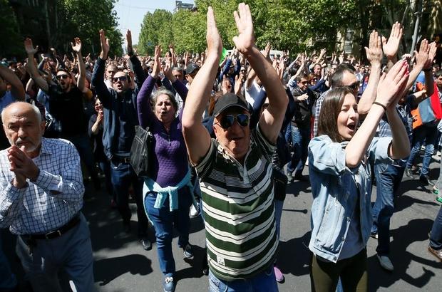 Ermenistan'da koalisyon partisi hükümetten çekildi, muhalifler sokaklara geri döndü