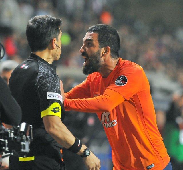 Arda Turan çılgına döndü, hakemin üzerine yürüdü! (Başakşehir Sivasspor maçı)