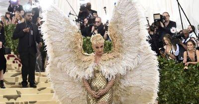 Üstümüzden dev bir MET Gala geçti, kanadından bir tüy düştü