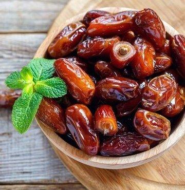 """Hurmanın vitamin ve mineral bakımından çok zengin olduğunu söyleyen Beslenme ve Diyet Uzmanı Mine Şenarslan, """"Hurmayı sadece Ramazan ayında değil, diğer mevsim ve aylarda da kahvaltılarımızda, ara öğünlerimizde sıklıkla tüketebiliriz.  İçerisinde bizler için çok değerli 15 adet mineral bulunmaktadır. Kalsiyum, demir, magnezyum ve çinko gibi zengin vitaminleri barındırır. Ayrıca hurmanın beslenme açısından da çok zengin bir içeriği vardır"""" diye konuştu"""