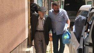 81 yaşında, bastonla zor yürüyor ama yaptığı şey korkunç!