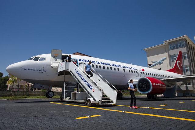 """Lise bahçesindeki yolcu uçağı """"göreve"""" hazır"""