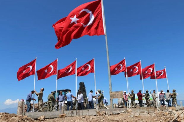 Şehitler Tepesi'ne 9 Türk bayrağı