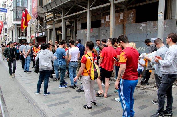 İstiklal Caddesi'nde metrelerce bilet kuyruğu