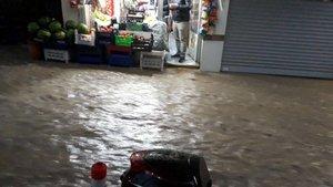 Elazığ'da sağanak yağmur yol kapattı