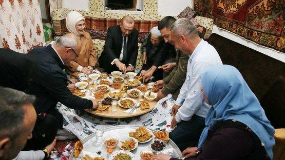 Erdoğan orucunu yer sofrasında açtı