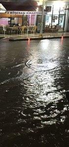Sağanak ve dolu yağışı caddeleri göle çevirdi