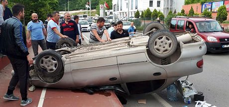 Kontrolden çıkan sürücü takla atarak kaldırıma çıktı