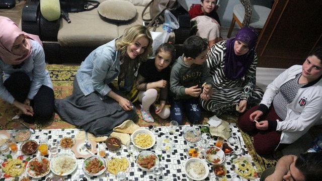 Gamze Özçelik, Suriyeli aileyle iftar yaptı - Magazin haberleri