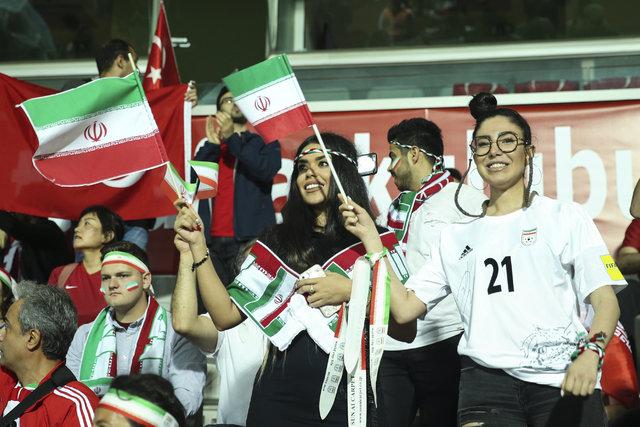 İranlı güzel futbolseverler, Türkiye maçına damga vurdu!