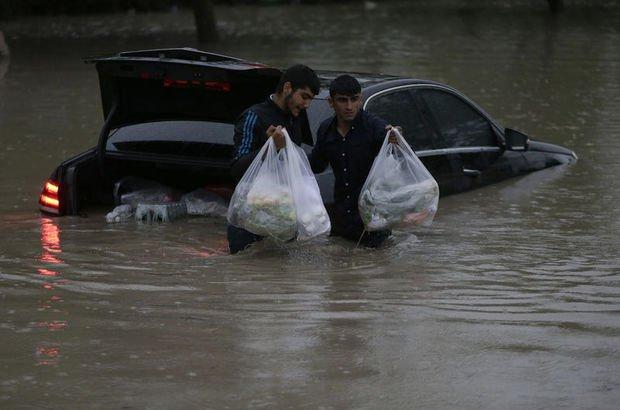 Ankara'daki sağnak ve dolu yağışında araçlar hasar gördü işyerlerini su bastı