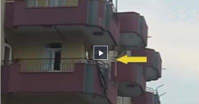 Faciaya ramak kala! Açık balkona kurulan salıncak böyle anne baba olmaz olsun dedirtti