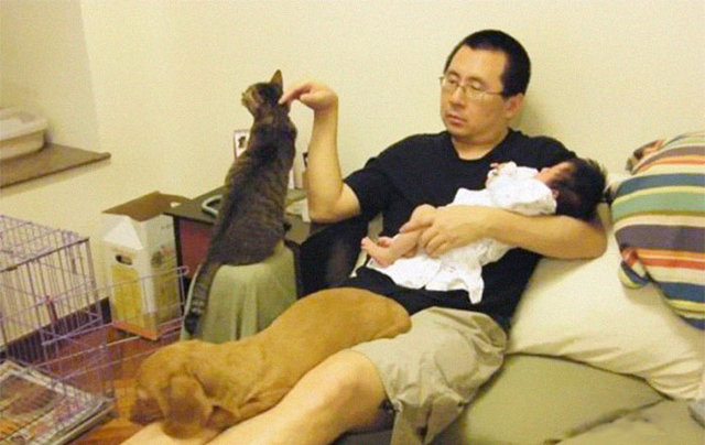 10 yı boyunca aynı yerde aynı şekilde poz veren baba Wong, kızı, kedisi ve köpeği viral oldu!