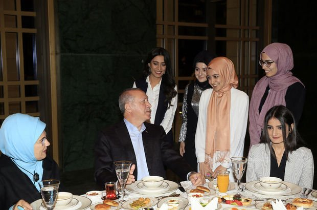 Erdoğan çiftinden Külliye'de gençlerle sahur!