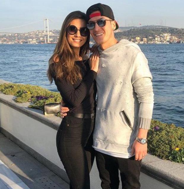 Amine Gülşe'den Mesut Özil'e ilan-ı aşk! - Magazin haberleri