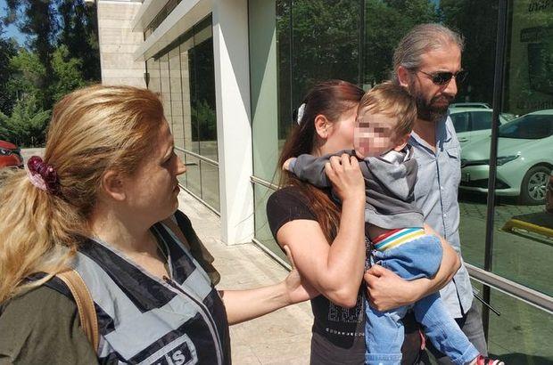 Kucağındaki 1,5 yaşındaki oğlunun arkasına saklandı
