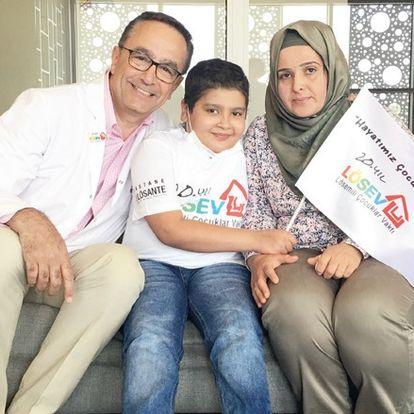 antalya'da engelli eşine ve lösemili çocuğuna şoförlük yaparak baktı