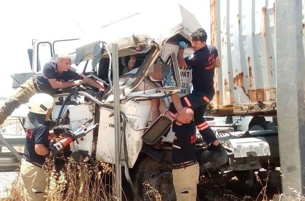 Bariyerlere çarpan tır şoförü araçta sıkıştı