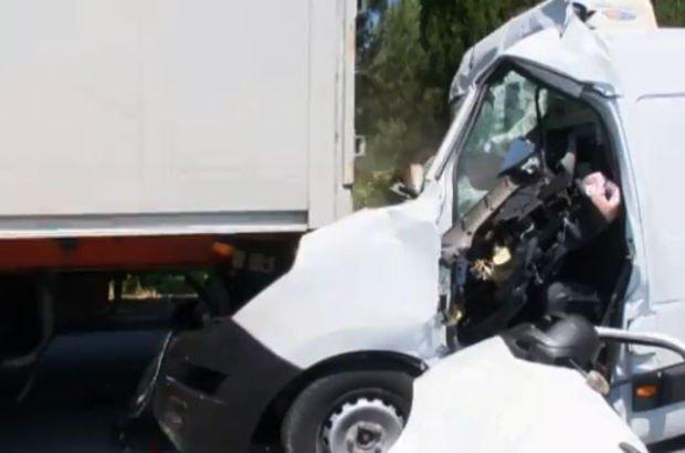 2 yaralı aracın içinde sıkıştı