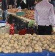 """Türkiye Ziraat Odaları Birliği Genel Başkanı Şemsi Bayraktar, """"Markette en fazla fiyat artışı yüzde 12.17 ile kuru soğan oldu. Onu yüzde 9.76 ile patates, yüzde 8.31 ile çilek takip etti. Üretici fiyatlarında ise fiyat düşüşü en çok yüzde 22.22 ile karpuzda görüldü. Üreticide en fazla fiyat artışı da yüzde 45.83 ile kuru soğanda meydana geldi. Onu, yüzde 30.95 ile patates, yüzde 23.81 ile yeşil soğan takip etti."""" ded,"""