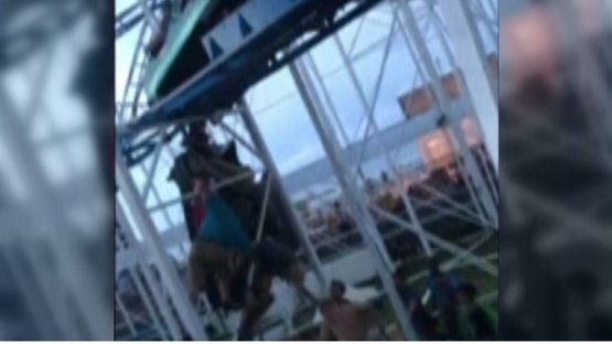 'Roller coaster' raydan çıktı! Saatlerce havada asılı kaldılar