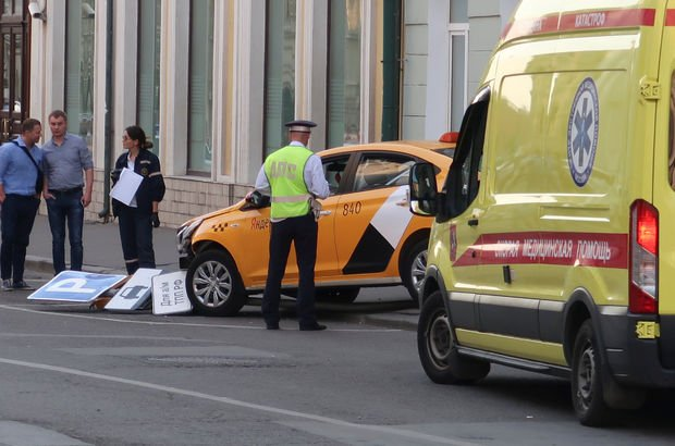 Moskova'da taksi kalabalığın arasına daldı: Çok sayıda yaralı var