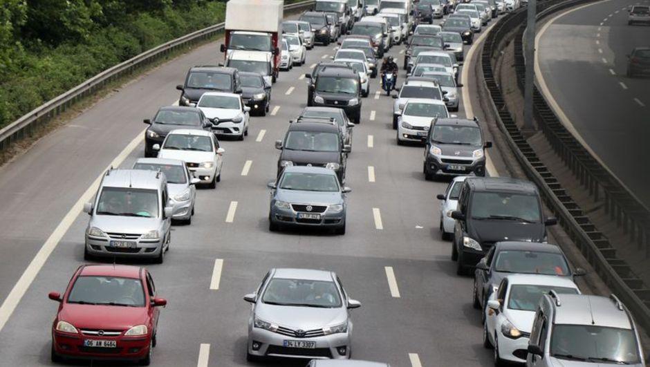 Kilometrelerce araç kuyruğu! İşte trafikte son durum...