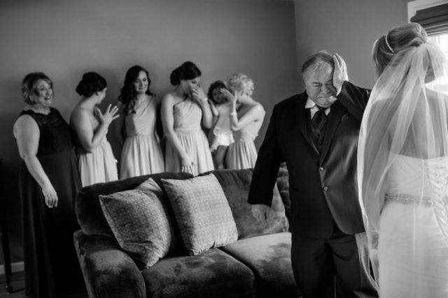 Kızlarını gelinlikle ilk defa gören babalardan veda bakışları!