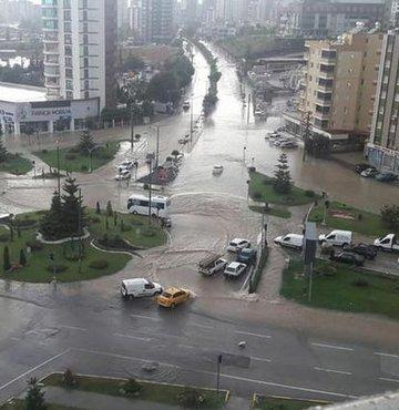 Son dakika haberi... Adana'da şiddetli yağmur nedeniyle istinat duvarı çöktü, evleri su bastı. Trafiğin felç olduğu caddelerde bazı araçlar sular altında kaldı. Vatandaşlar evlerine ve bahçelerine giren suları tahliye için uğraşıyor