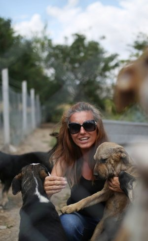 Köpeklerin Azizesi! Patileri kesilen köpeği hayata döndürdü