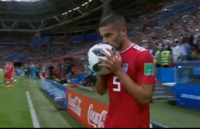 İranlı futbolcu Milan Mohammadi, İspanya maçında takla atarak taç kullanmaya çalıştı, başaramadı!