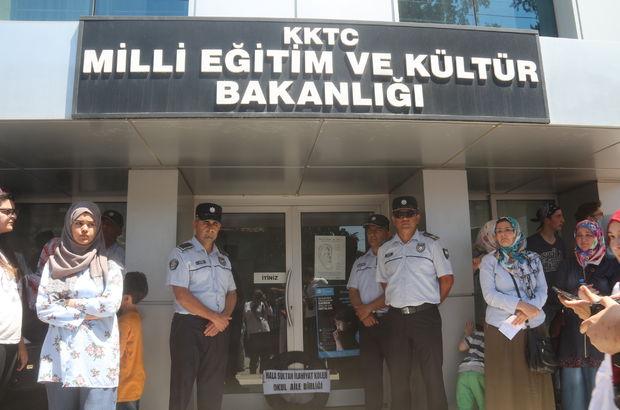 Kıbrıs'ta başörtülü lise öğrencileri diplomalarını alamadı