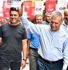 Aziz Kocaoğlu, CHP İlçe Başkanı Özcan Durmaz'ın eşlik ettiği Aliağa temasları sırasında kahve ziyaretleri de gerçekleştirdi