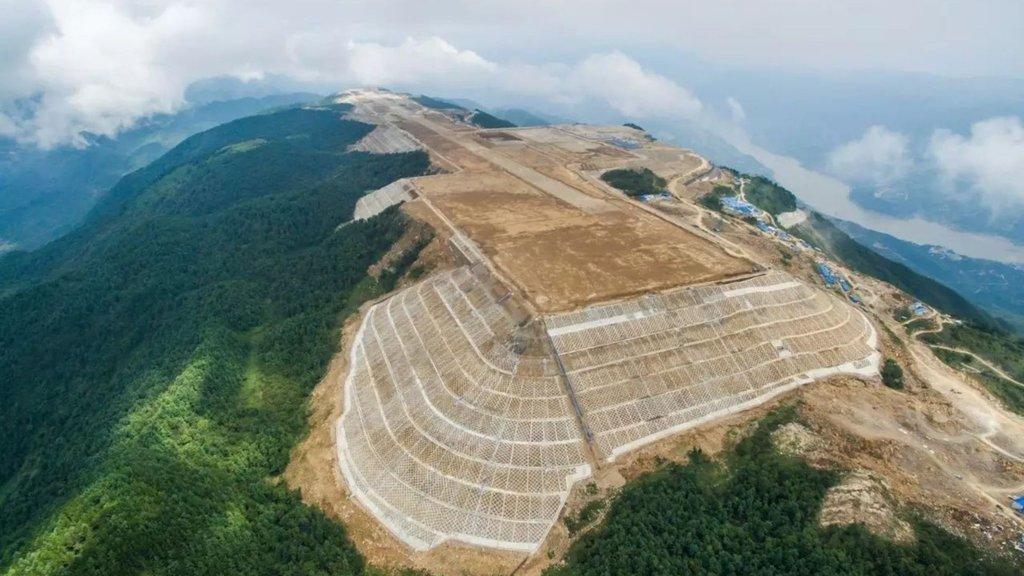Çinliler bunu da yaptı! Dağın zirvesinde havalimanı