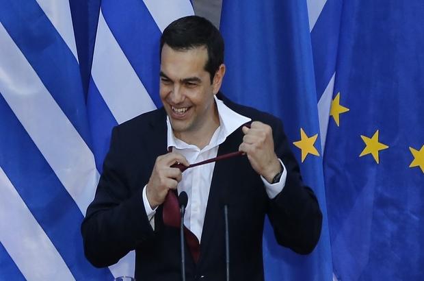 Çipras'a kravat taktıran anlaşma: Kravata yarım saat dayanabildi