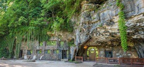 700 yıllık mağarayı lüks bir eve dönüştürdü