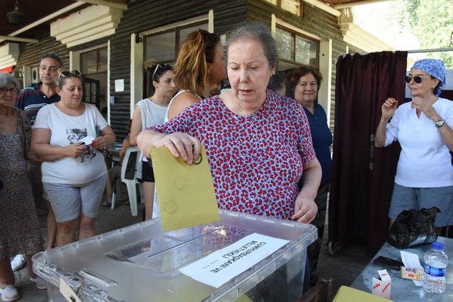 Usta oyuncu Fatma Girik 95 yaşındaki annesi ile beraber oy kullandı - Magazin haberleri