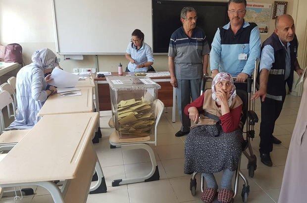 Tekerlekli sandalyede okula getirildi, ismi çıkmayınca oy kullanamadı